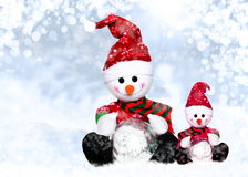 Zwei snowmens in Sankt-Hut des Winters Lizenzfreies Stockfoto