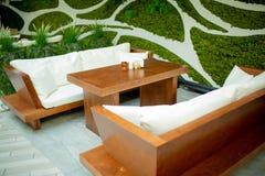 Zwei Sofas mit einer Tabelle stockfoto