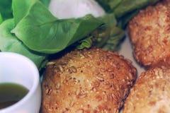 Zwei Sojabohnenölrollen mit Mozzarella und Olivenöl in einem Becher Geeignetes Frühstück lizenzfreies stockfoto