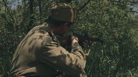 Zwei Soldaten in der Uniform, die auf dem Gras in liegt stock footage
