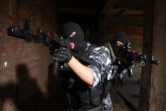 Zwei Soldaten, die mit Gewehren zielen Stockbild