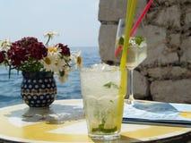 Zwei Sommergetränke durch das Meer Stockfoto
