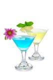 Zwei Sommermartini-Cocktails blau und gelb Stockfotografie
