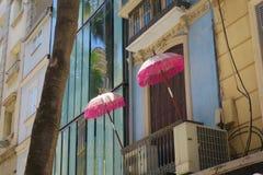 Zwei Sonnenschirme auf einem Balkon stockfoto