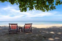 Zwei Sonnenstühle auf dem Strand Stockbilder