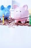 Zwei Sparschweine auf Stapel von Münzen Stockfoto