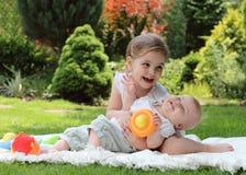 Zwei spielende kleine Schwestern Stockfotos