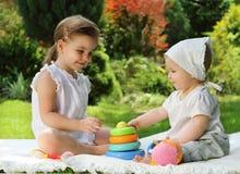 Zwei spielende Schwestern Stockfotos