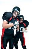 Zwei Spieler des amerikanischen Fußballs in der Uniform stockfoto