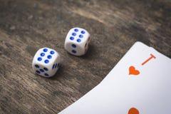 Zwei Spielwürfel nummerieren doppeltes sechs und Herzass lizenzfreie stockbilder