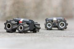 Zwei Spielzeugautos auf einem Boden bereit zu einer Probefahrt Stockfoto
