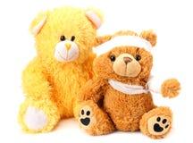 Zwei Spielzeugteddybären mit dem Verband lokalisiert auf weißem Hintergrund lizenzfreies stockbild