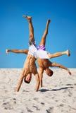 Zwei sportsmans auf Strand Stockfotos