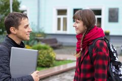 Zwei sprechende und flirtende Studenten Stockbilder