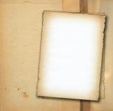 Zwei Stücke altes Papier gegen schmutzigen Hintergrund stockfotografie