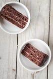 Zwei Stücke der dreifachen Schokoladen-Torte Lizenzfreies Stockbild