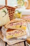 Zwei Stücke der Kartoffel-, Schinken-, Sauerrahm-und Käse-Torte Lizenzfreie Stockfotografie