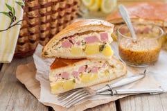 Zwei Stücke der Kartoffel-, Schinken-, Sauerrahm-und Käse-Torte Lizenzfreie Stockfotos