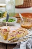 Zwei Stücke der Kartoffel-, Schinken-, Sauerrahm-und Käse-Torte Stockbilder