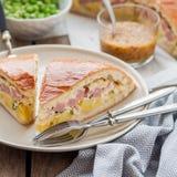 Zwei Stücke der Kartoffel-, Schinken-, Sauerrahm-und Käse-Torte Lizenzfreies Stockbild