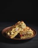 Zwei Stücke der Torte auf brauner Lehmplatte Stockfotografie
