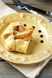 Zwei Stücke der Torte mit Birnen auf einer Platte Stockbild