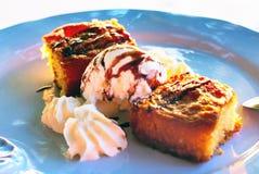 Zwei Stücke der Torte mit Eiscreme in einer weißen Platte am Abend sonnen Strahlen Lizenzfreies Stockfoto