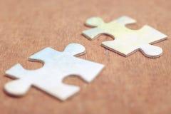 Zwei Stücke des Puzzlespiels Stockbilder