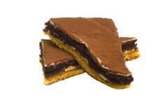 Zwei Stücke des Schokoladenkuchens mit den Beeren lokalisiert auf einem weißen Ba Stockfotografie