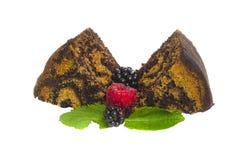 Zwei Stücke des Schokoladenkuchens mit den Beeren lokalisiert auf einem weißen Ba Lizenzfreie Stockbilder