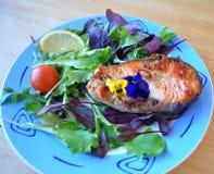 Zwei Stücke frische Fische mit Zitrone und Sojasoße stockfoto