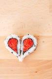Zwei Stücke Sushi, die Herzform bilden Stockfoto