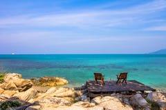 Zwei Stühle auf dem Strand im hölzernen Brett Lizenzfreie Stockfotos