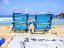 Zwei Stühle auf dem Strand zum sich zu entspannen Lizenzfreies Stockbild
