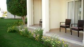 Zwei Stühle auf der Terrasse des Hotels stock video footage