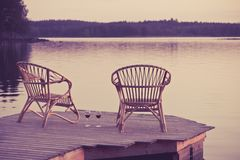 Zwei Stühle auf Dock Stockfoto