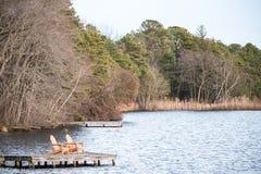 Zwei Stühle auf einem Dock Lizenzfreies Stockfoto