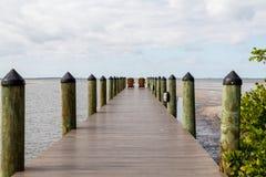 Zwei Stühle auf Pier Lizenzfreie Stockfotografie