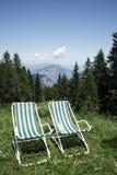 Zwei Stühle in der Landschaft Lizenzfreie Stockfotos
