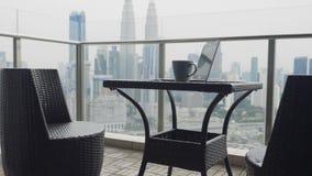 Zwei Stühle an der Terrasse stock footage