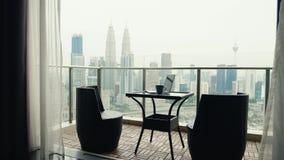 Zwei Stühle an der Terrasse stock video