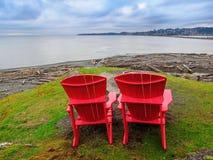 Zwei Stühle, die Ozeanufer übersehen Lizenzfreie Stockbilder