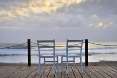 Zwei Stühle, die warten, von Ihnen in Ihren folgenden Ferien besetzt zu werden stockfotografie
