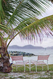 Zwei Stühle durch den Ozean Stockbilder