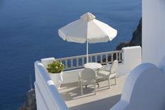 Zwei Stühle mit der Seeansicht Oia, Santorini, Griechenland Stockbild