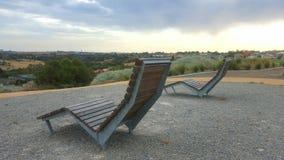 Zwei Stühle mit einer Ansicht Stockbilder