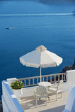 Zwei Stühle mit einer Seeansicht in Oia, Santorini-Insel, Griechenland Stockfotografie