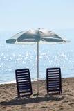 Zwei Stühle stehen im kontrazhure auf Strand Stockfotos