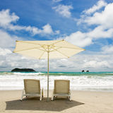 Zwei Stühle am Strand Lizenzfreie Stockfotos