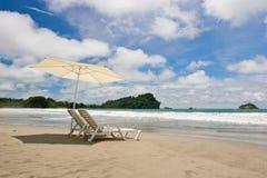 Zwei Stühle am Strand Stockfotografie